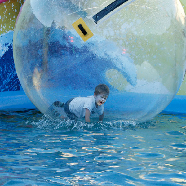 Kind im Zorb, Water bubble zorbing.