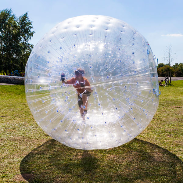 Person läuft im Zorb.